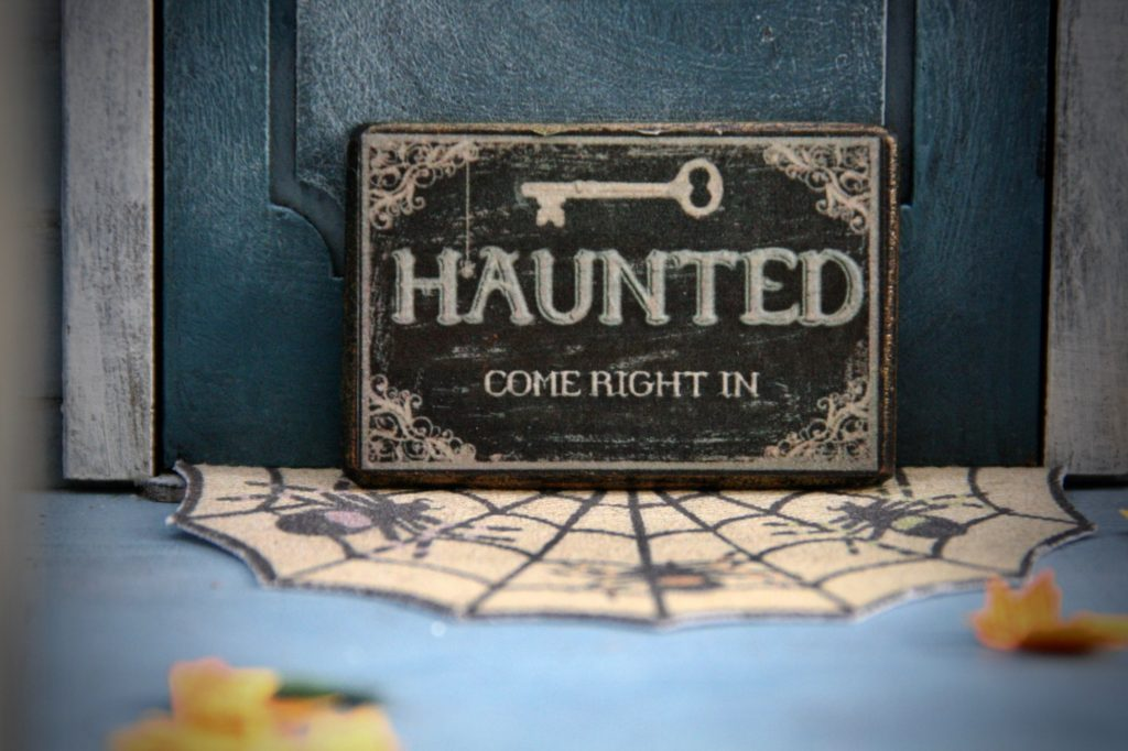 haunted come right in sign